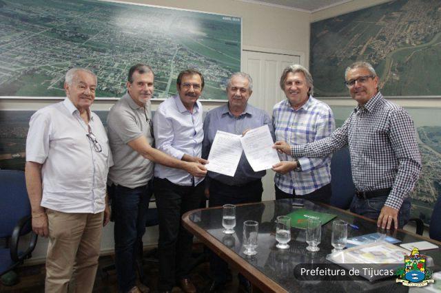 Tijucas recebe kits esportivos da Fesporte para escolas do município ... 1748a32f2f2fb